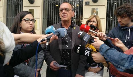 L'alcalde de Lleida, Miquel Pueyo, atén els mitjans després de retirar la pancarta.