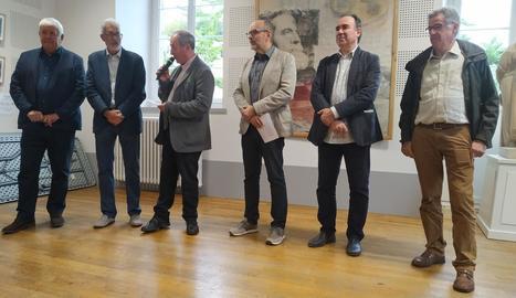 El regidor Jaume Rutllant i Jesús Navarro (al centre), ahir a la inauguració de la mostra a Foix.