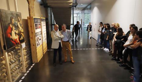 Ximo Company i el director del museu, Josep Giralt, ahir al costat de la tela restaurada pel CAEM.