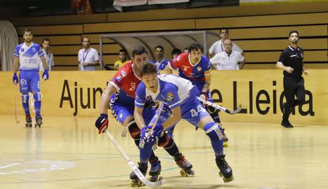 Marc Palazón intenta controlar una bola davant de la pressió d'un jugador de l'Igualada.