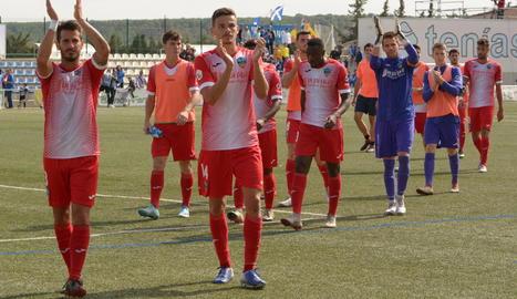 Jugadors del Lleida saluden l'afició diumenge a Eixea.