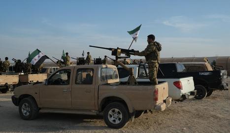 Les milícies kurdes i les forces turques s'enfronten a la zona fronterera.
