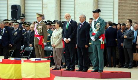 El lleidatà Pedro Garrido (d) i la delegada Teresa Cunillera, entre altres autoritats, ahir.