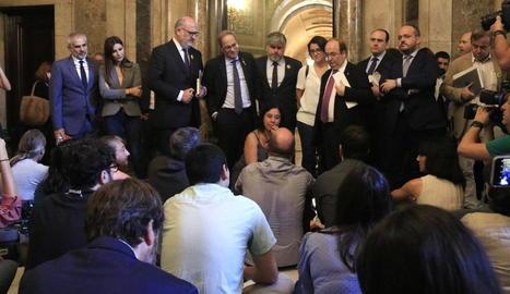 El president Torra i dirigents de diversos partits assisteixen a la protesta dels periodistes als passadissos del Parlament, ahir.