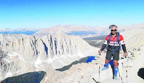 Richi Navarro, un especialista de salt base, en un dels passos elevats de la ruta John Muir.