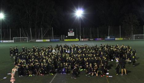 Foto de família dels jugadors i jugadores del CF Pardinyes juntament amb tècnics i autoritats.