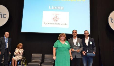 Els agents de la Urbana que van recollir el premi.