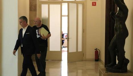 Imatge del secretari judicial que va anar ahir al Parlament a notificar la resolució del Constitucional.