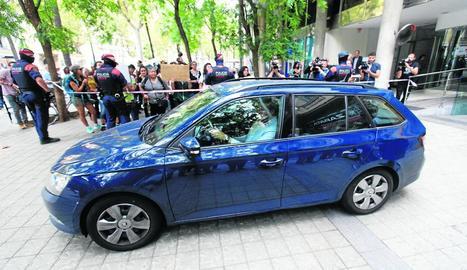 El vehicle en el qual ahir va sortir la nena, amb mossos i psicòlogues, del consolat de l'Uruguai a Barcelona per traslladar-la a Vielha.