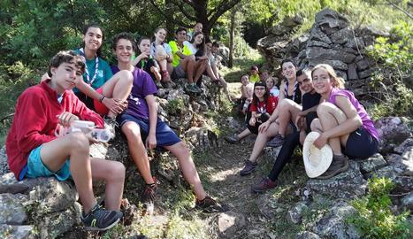 Voluntaris provinents de l'Agrupament Escolta i Guia Ixent, en un dels camins de Llagunes.