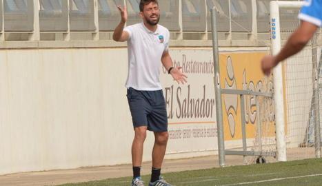 Molo dóna instruccions als jugadors durant el partit de diumenge a Eixea.
