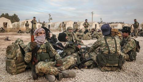 Tropes turques es prenen un descans en l'avanç al nord de Síria.