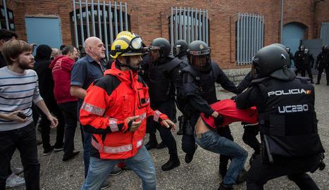 Policies nacionals carreguen en un col·legi electoral de Girona l'1-O en presència d'un bomber.