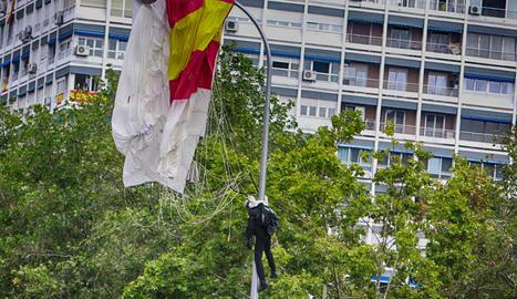 El paracaigudista que descendia amb la bandera d'Espanya es queda enganxat d'un fanal en la desfilada del 12-O