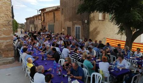 Els veïns van compartir un dinar a la plaça Major.