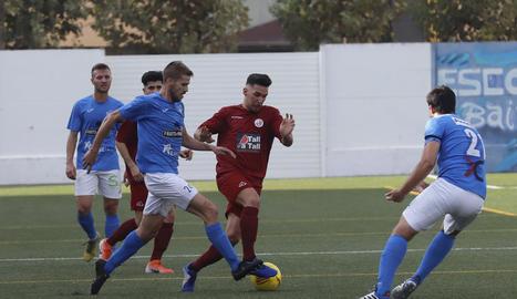 Segura intenta prendre la pilota a un jugador del Sant Ildefons, ahir al Municipal d'Alcarràs.