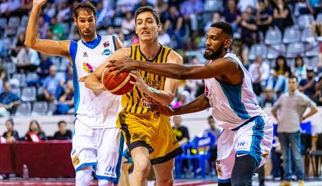 Raúl Lobaco intenta superar Alberto Corbacho i l'holandès Shemar Bute.