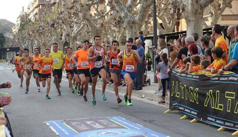 Una de les carreres que es van disputar ahir al passeig de l'Estació de Balaguer.