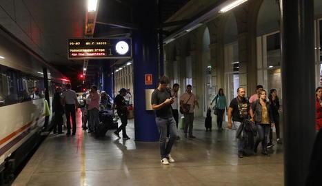 Passatgers del primer AV City que va arribar a Lleida el 16 de setembre.