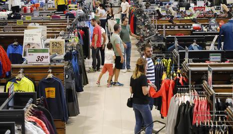 Clients en una de les superfícies comercials que van obrir ahir.