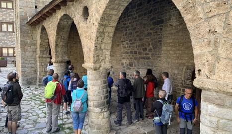 Un grup de senderistes visitant l'església d'Erill la Vall.