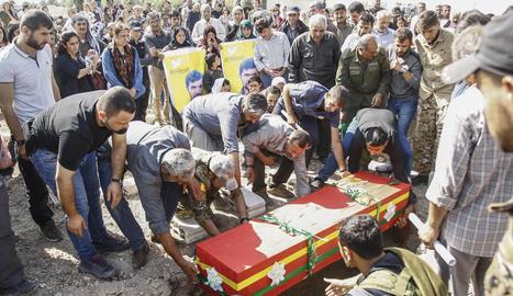 Enterrament d'un milicià kurd en els combats amb les tropes turques al nord de Síria.