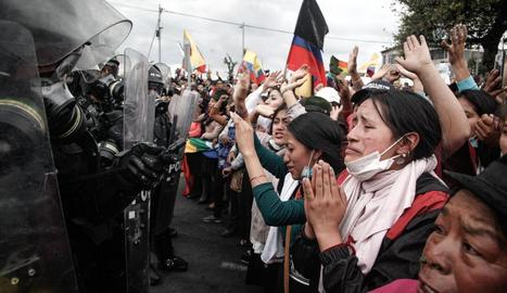 Nadiues equatorianes davant de policies a Quito.