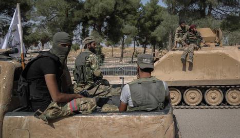 Soldats rebels sirians aliats de Turquia, ahir, a la localitat de Tell Abyad.