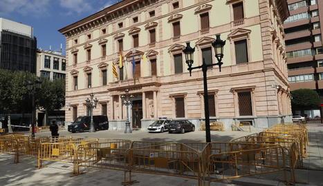 Tanques i efectius policials per protegir l'edifici de la subdelegació del Govern a Lleida.