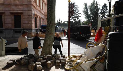 IMATGE | Treuen llambordes del davant de la Subdelegació del Govern espanyol a Lleida