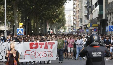 Els manifestants, davant la subdelegació del govern espanyol a Lleida.
