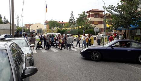 A Tremp, grups de gent que protesten contra la sentència entorpeixen el trànsit passant contínuament pels passos de vianants que hi ha al principal accés.