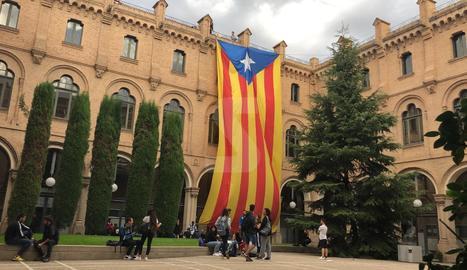 IMATGE | Pengen una estelada gegant a la Universitat de Lleida