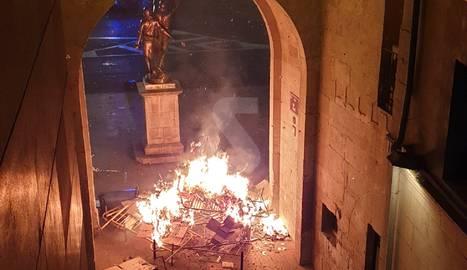 IMATGE | Una barricada davant l'estàtua d'Indibil i Mandoni de Lleida
