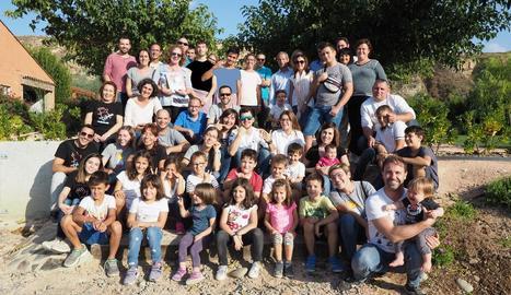Fotografia de grup de les famílies que van participar diumenge en la trobada d'Afanoc Lleida.
