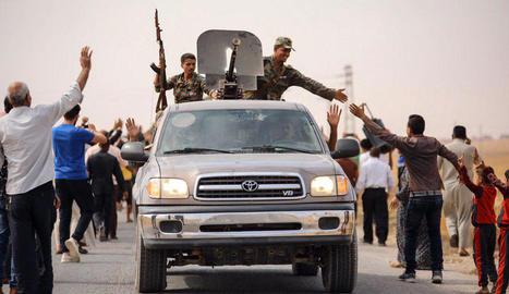 Civils sirians saluden tropes d'Al-Assad a la ciutat de Tell Tamir, al nord-est del país.