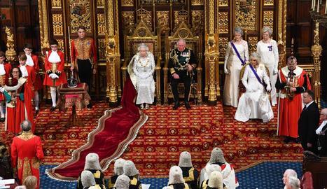 La reina Isabel II al costat del príncep de Gal·les i la duquessa de Cornwal ahir a Westminster.