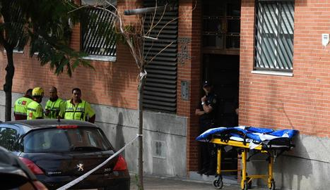 Agents i sanitaris davant el domicili on va ocórrer el succés.