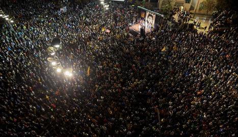 Centenars de persones es concentren a la plaça 1 d'octubre de Girona en protesta per la condemna als líders del procés.