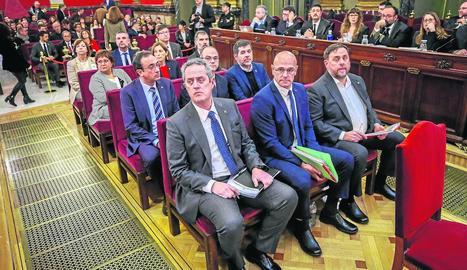Els dotze acusats, el primer dia del judici, el 12 de febrer. Els tres últims només han estat multats i inhabilitats.