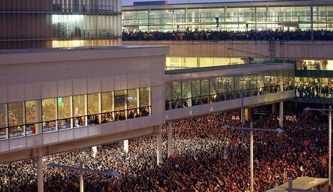 Milers de persones s'amunteguen davant de l'aeroport del Prat després que la plataforma Tsunami Democràtic cridés a paralitzar l'activitat de l'aeroport.