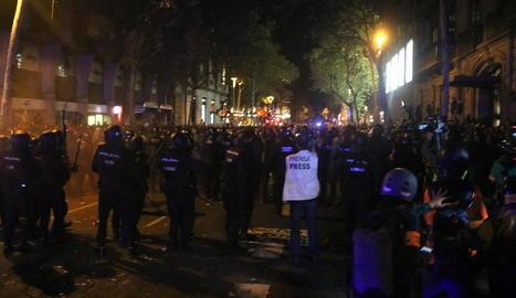 Tensió i càrregues durant les concentracions al voltant de la delegació del govern espanyol a Barcelona