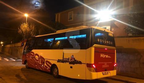 L'autobús que ha realitzat el servei alternatiu al tren de l'R-12 entre Cervera i Lleida. A la imatge, a l'estació de Tàrrega.