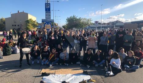 Estudiants tallen el tram urbà de la C-14 a Tàrrega.