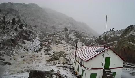 El refugi de Certascan, a Vall de Cardós, va aparèixer ahir al matí amb una fina capa de neu.
