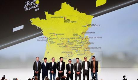 El guanyador Egan Bernal, amb altres companys ciclistes, durant la presentació del Tour de França.