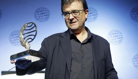 L'escriptor Javier Cercas, ahir a la nit després de rebre el Premi Planeta a la gala celebrada a Barcelona.