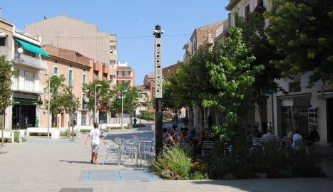 Lleure i seguretat - Les obres de reforma del centre urbà van comptar amb la instal·lació d'uns tòtems a cada una de les places que, a part de servir de punt wifi, també compten amb càmeres de videovigilància per millorar la seguretat de l ...