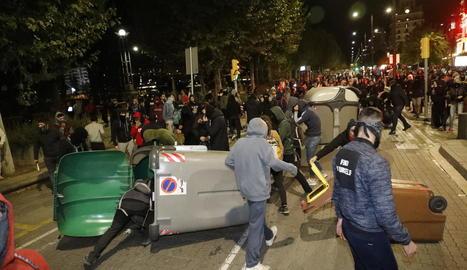 Els radicals van fer barricades amb contenidors per protegir-se de les càrregues policials.