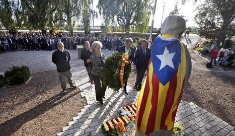 Vilallonga i Talarn dipositen una corona de flors al monument a Companys al Tarròs.